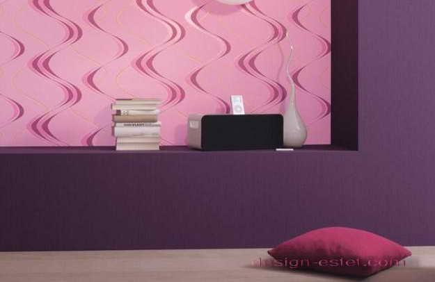 Дизайн оклейки стен гостиной обоями в розово-фиолетовом цвете