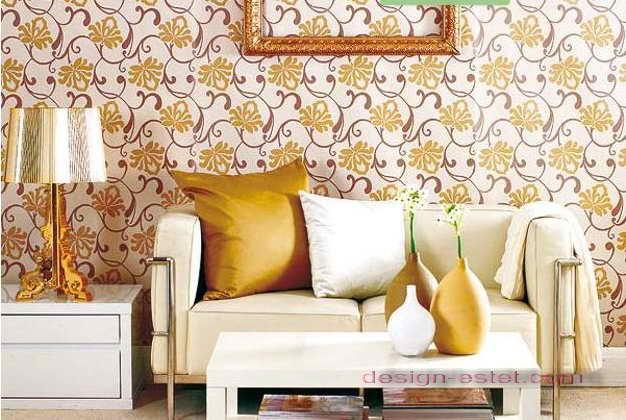 Дизайн оклейки стен гостиной обоями в бело-желтом цвете