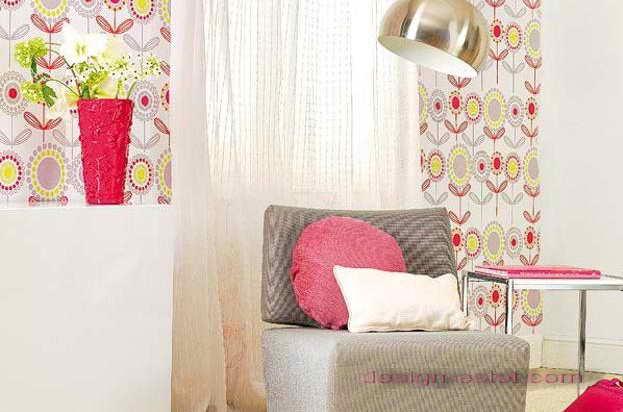 Дизайн оклейки стен обоями, гармонирующими с обивкой мягкой мебели и декоративными подушками