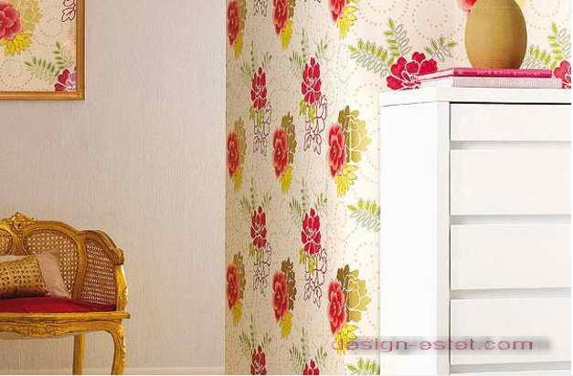 Дизайн оклейки стен обоями, сочетающимися с обивкой мягкой мебели