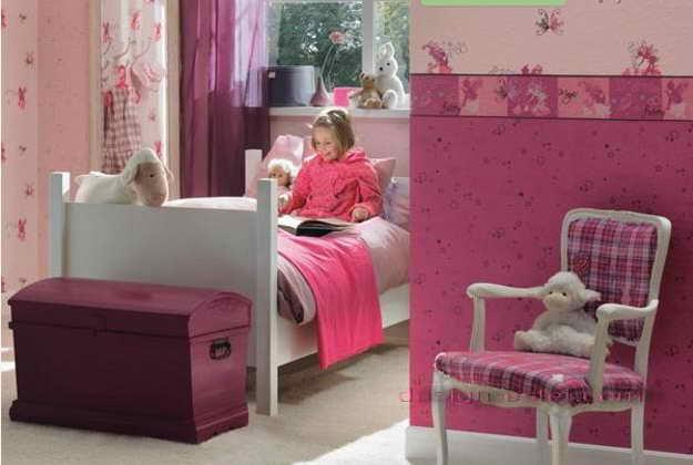 Дизайн оклейки стен детской спальни обоями в бело-розовом цвете