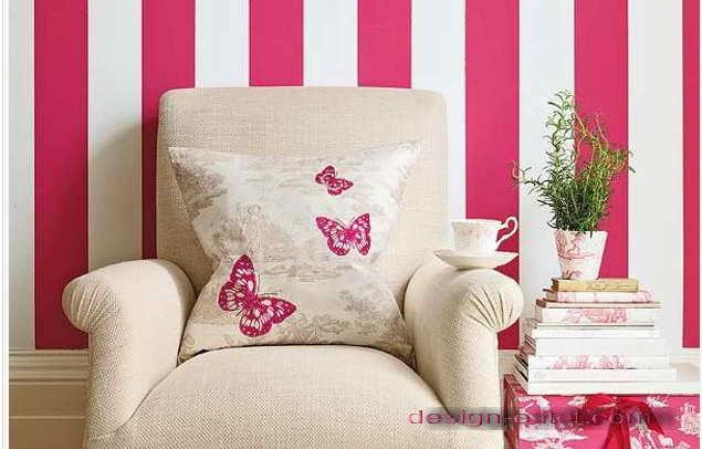 Дизайн оклейки стен гостиной обоями в бело-розовую полоску