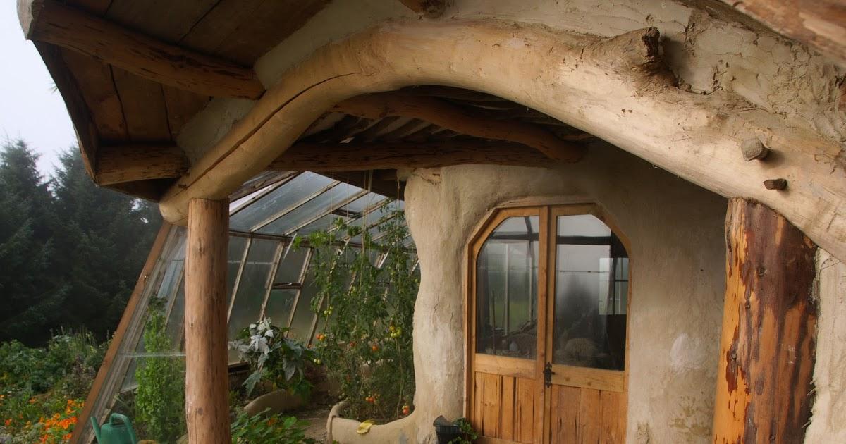 Дом хоббита снаружи в Уэльсе, Великобритания