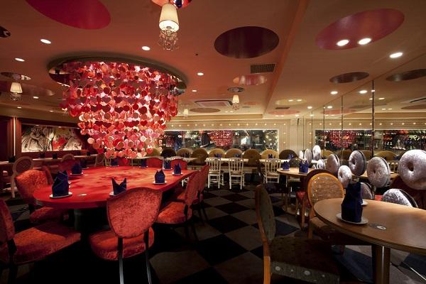 Декор интерьера ресторана в стиле Алиса в стране чудес