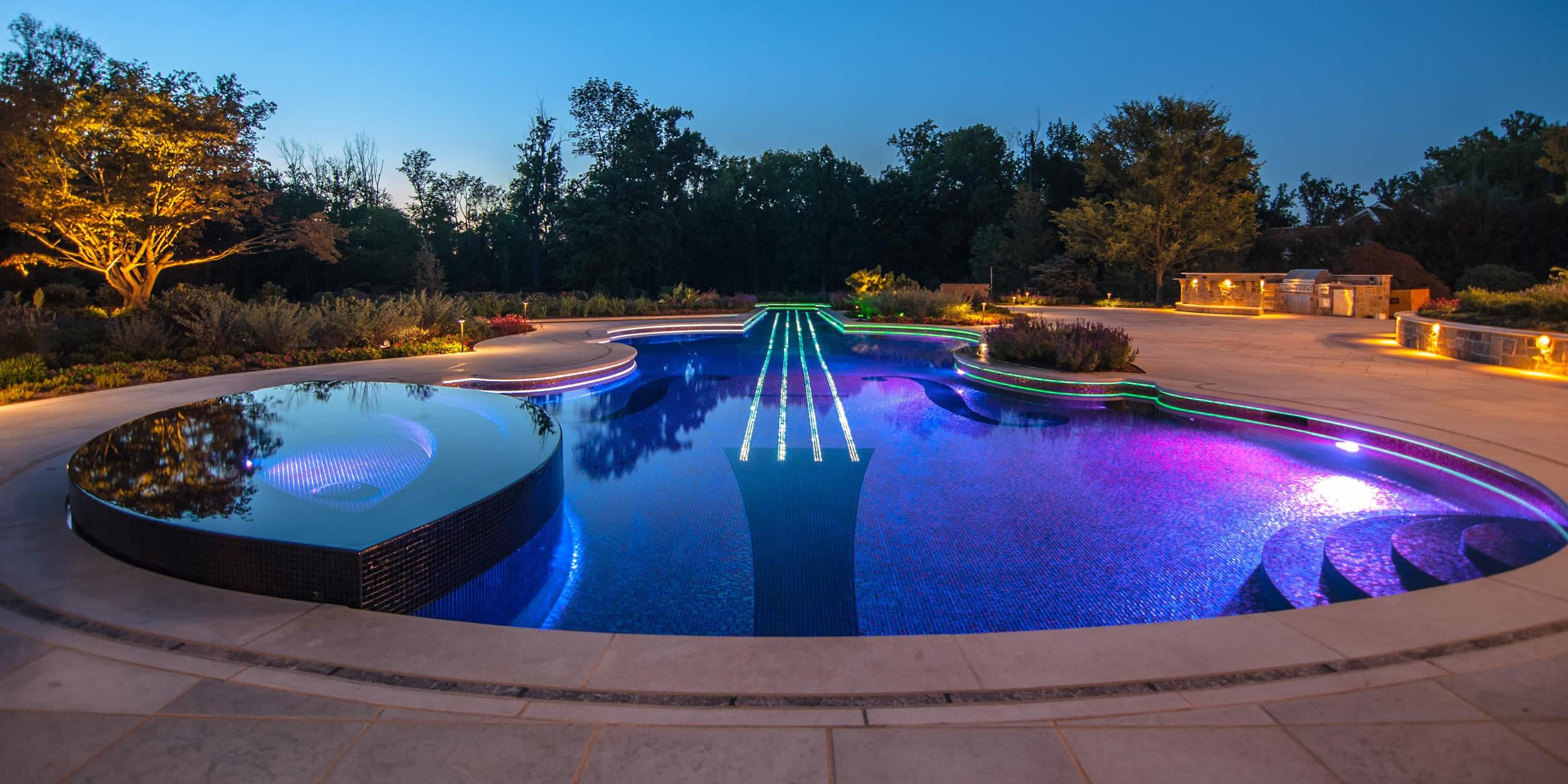 Оригинальный бассейн в ландшафтном дизайне