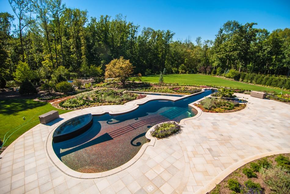 Необычный дизайн бассейна в ландшафте сада