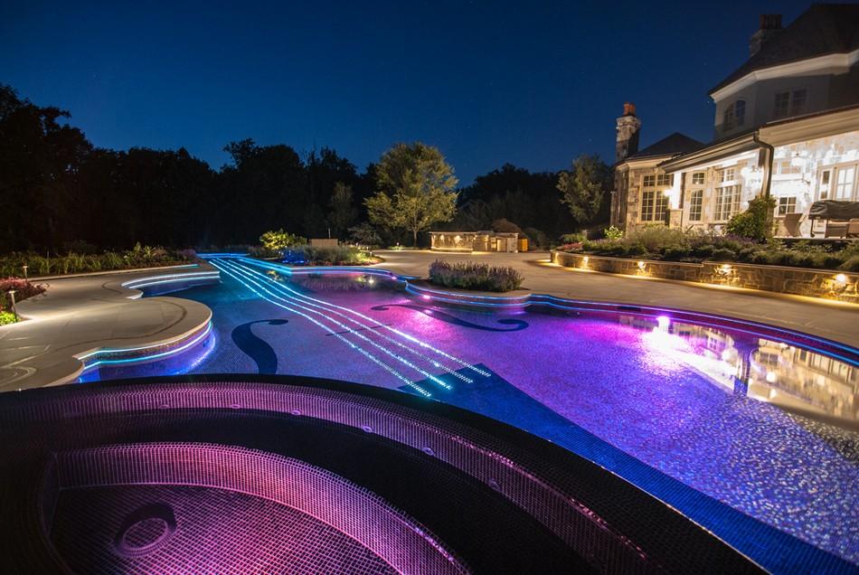 СПА-зона в бассейне в саду