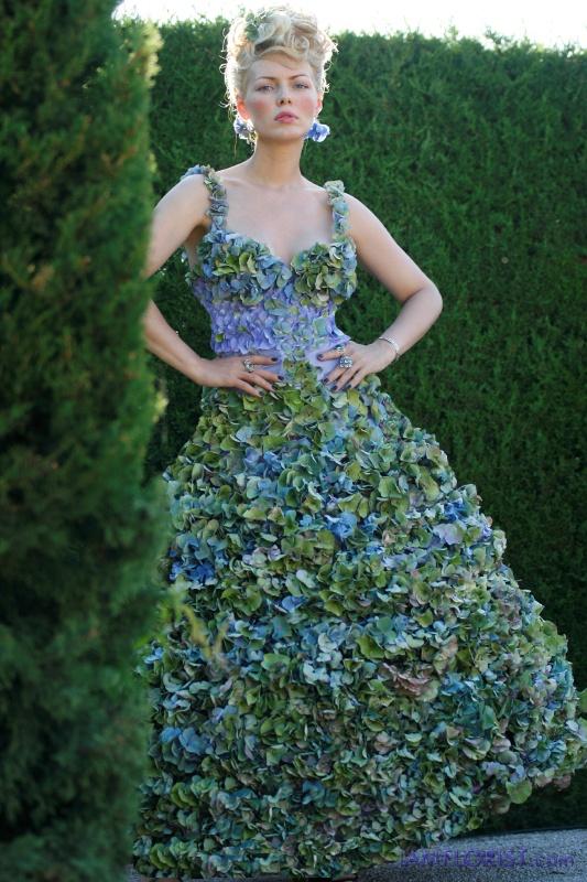 Нарядное платье из свежих листьев и живых цветов голубого цвета