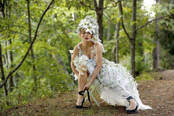 Эффектное свадебное платье из живых цветов белого цвета