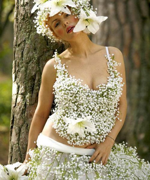 Белое свадебное платье из живых цветков
