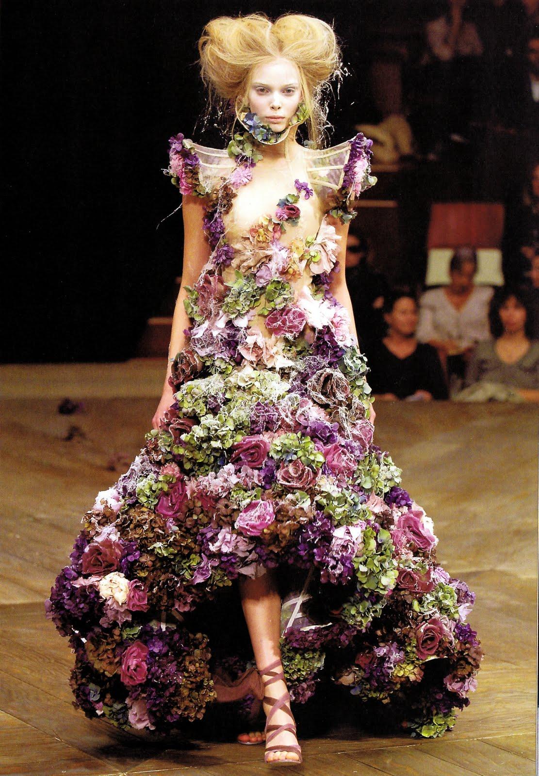 Платье от Макквина из живых цветов