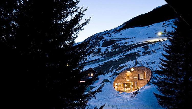 Проект дома-землянки в виде воронки в горе