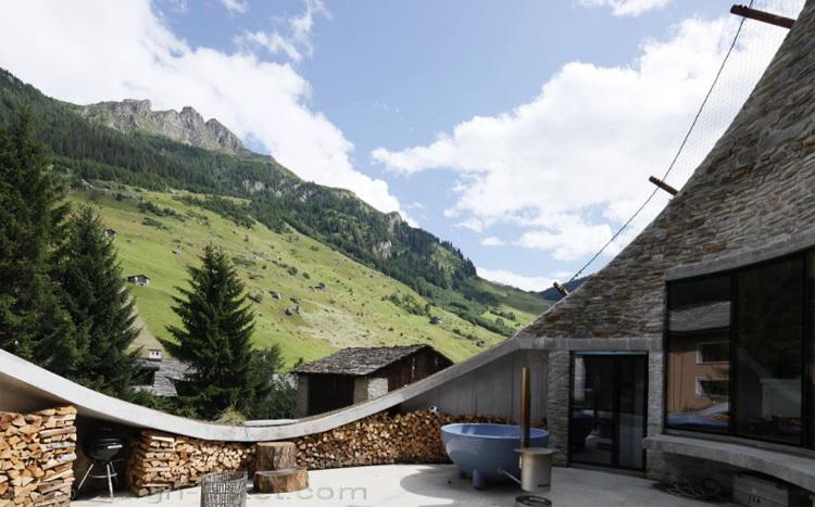Фото террасы около подземного дома - проект швейцарских архитекторов