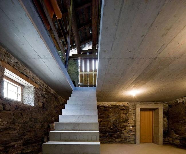 Вход в дом, расположенный под землей в Альпах