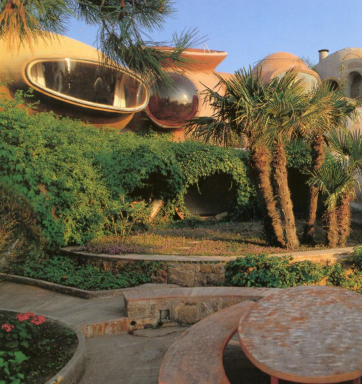 Ландшафтный дизайн около пузырчатого дома Пьера Кардена во Франции