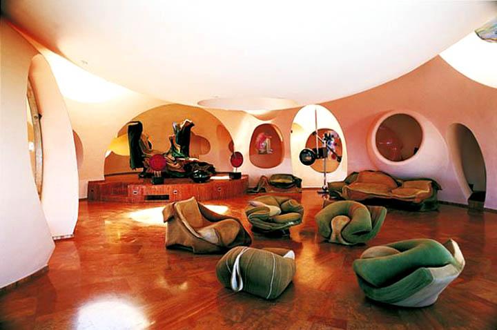 Большая гостиная с зоной отдыха пузырчатого дома Пьера Кардена во Франции