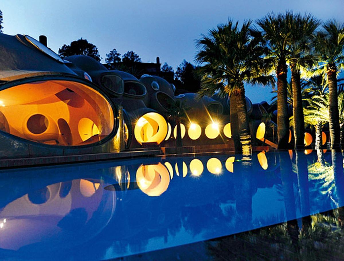 Подсветка пузырчатого дома Пьера Кардена во Франции