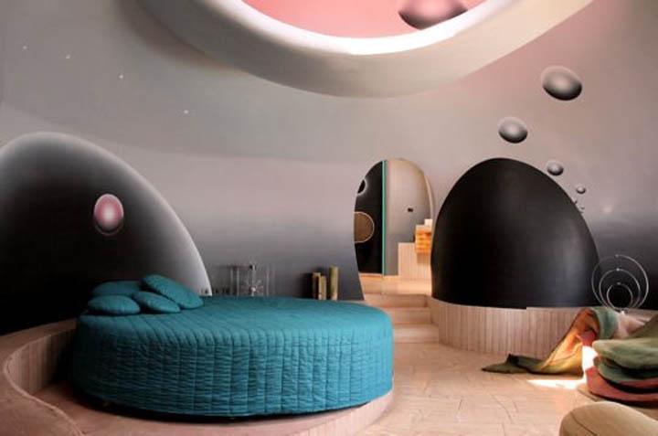 Круглая кровать в круглой спальне пузырчатого дома Пьера Кардена во Франции