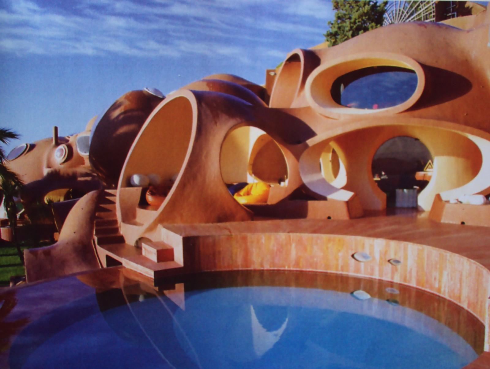Круглые и овальные оконные проемы пузырчатого дома Пьера Кардена во Франции
