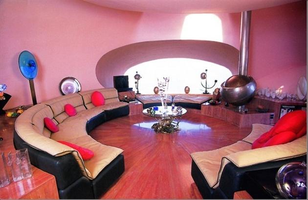 Круглая гостиная с диванами пузырчатого дома Пьера Кардена во Франции