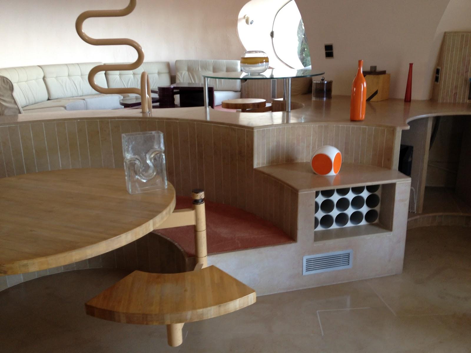 Кухня-столовая в пузырчатом доме Пьера Кардена во Франции