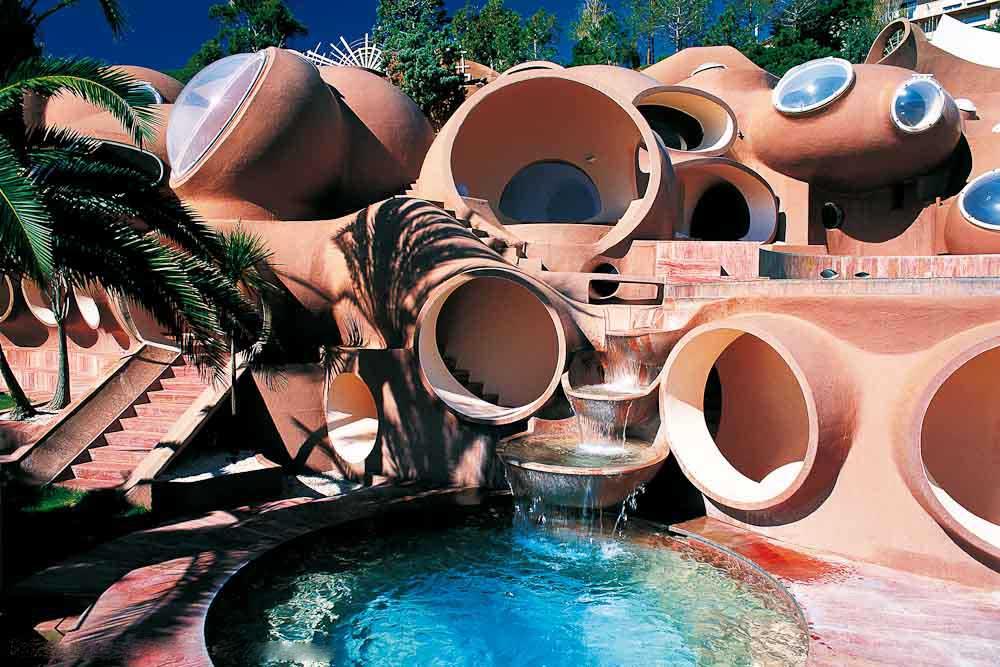Каскадные бассейны для пузырчатого дома Пьера Кардена во Франции