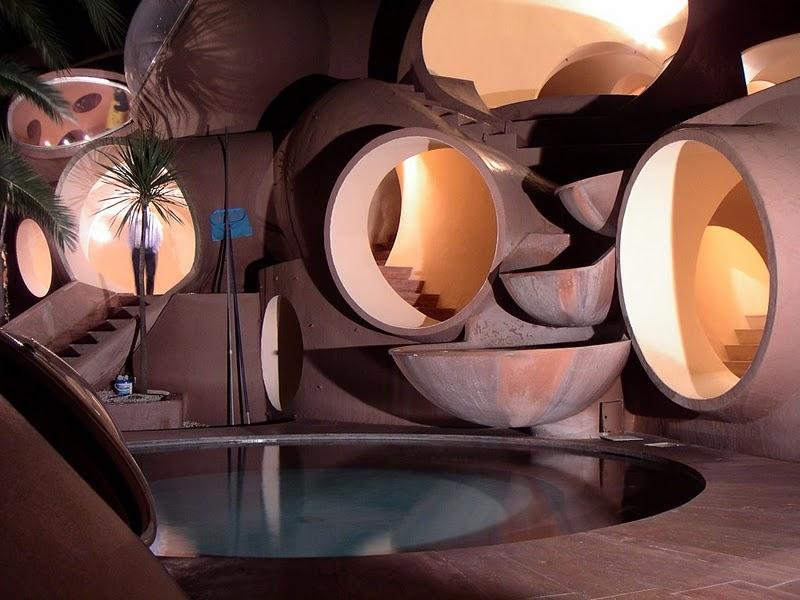 Бассейн в пузырчатом доме Пьера Кардена во Франции