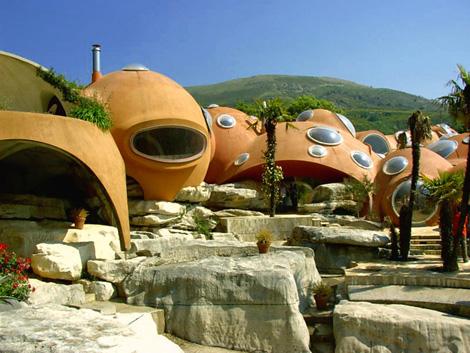 Биодизайн пузырчатого дома Пьера Кардена во Франции