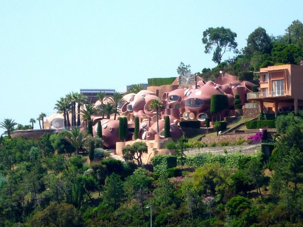 Ландшафтное окружение пузырчатого дома Пьера Кардена во Франции