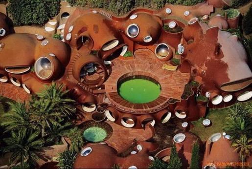 Планировка придомовой территории пузырчатого дома Пьера Кардена во Франции