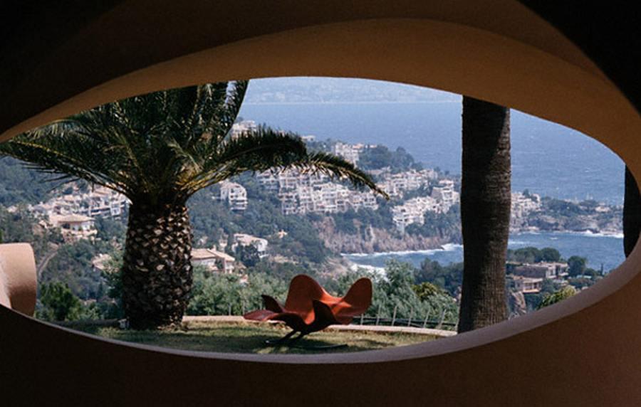 Садовая мебель для пузырчатого дома Пьера Кардена во Франции