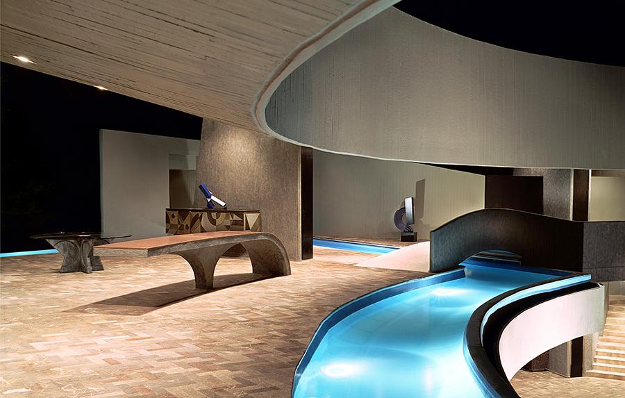 Дизайн внутреннего бассейна в пузырчатом доме Пьера Кардена во Франции