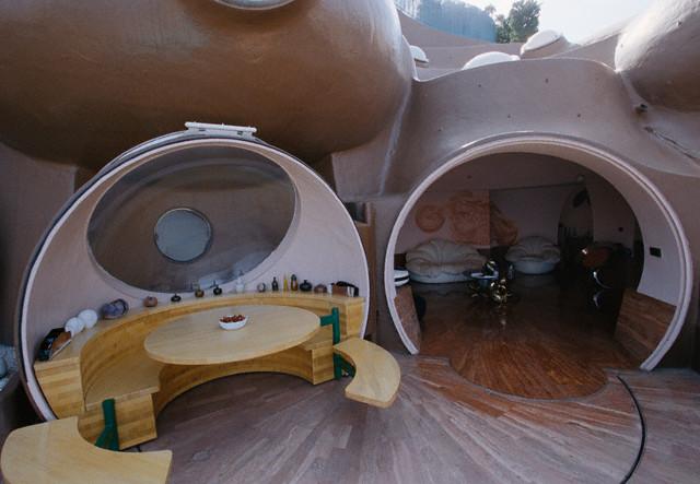Терраса в пузырчатом доме Пьера Кардена во Франции