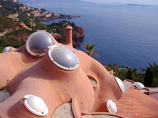 Окна-иллюминаторы пузырчатого дома Пьера Кардена во Франции