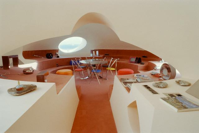Гостиная-столовая пузырчатого дома Пьера Кардена во Франции