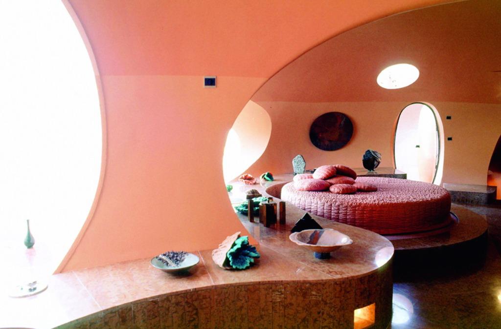 Дизайн гостиной в пузырчатом доме Пьера Кардена во Франции