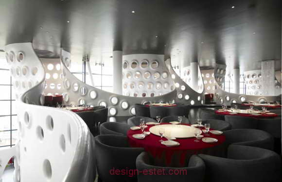 Сочетание красного и белого в интерьере модернистского ресторана