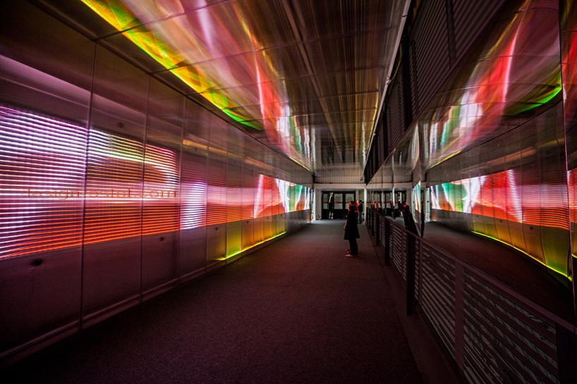 Световая инсталляция в переходе в Париже