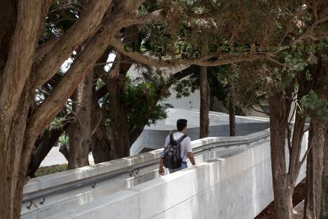 Реализованный проект Захи Хадид - пандус из бетона в архитектуре здания ИФИ в Ливане