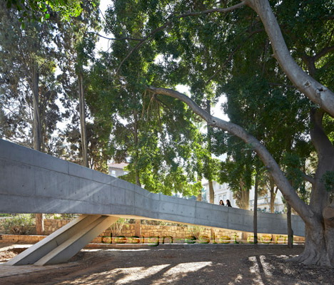 Реализованный проект Захи Хадид - бетонный пандус в архитектуре здания ИФИ в Ливане
