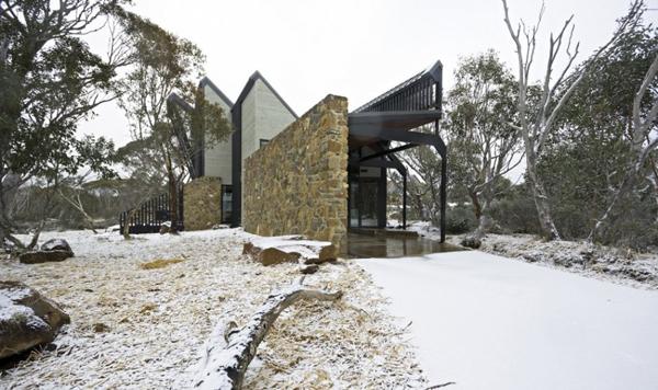 Современная архитектура частного дома в стиле хай-тек