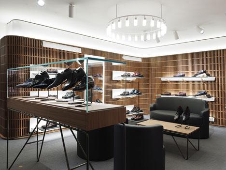 Торговые витрины и стойки в дизайне интерьера бутика