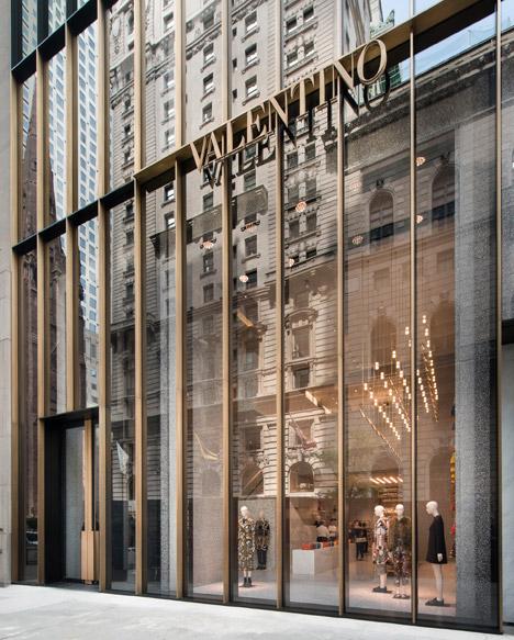 Дизайн вывески в интерьере магазина одежды