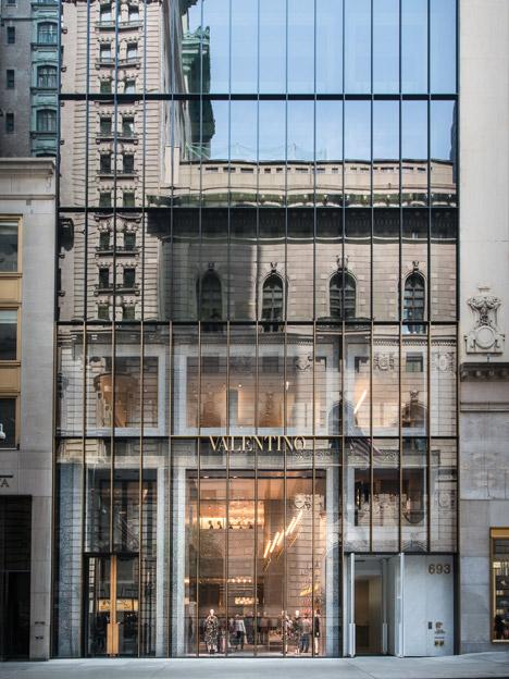 Дизайн витрины в интерьере магазина одежды