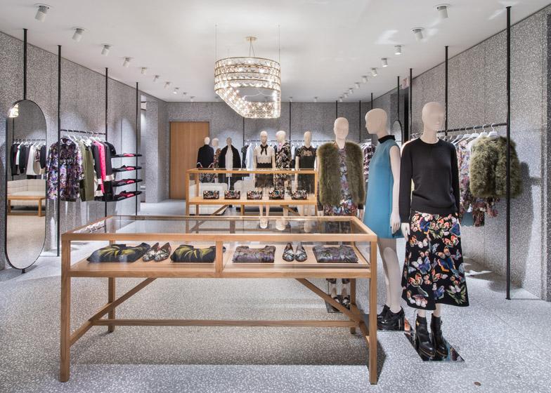 Дизайн торговых прилавков и витрин в интерьере магазина одежды