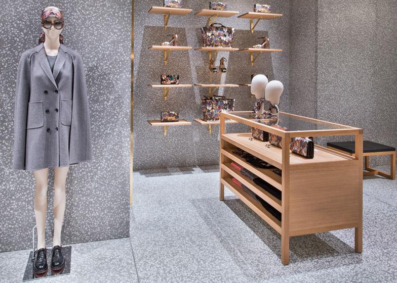 Дизайн торговой мебели в интерьере магазина одежды