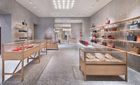Деревянная торговая мебель в дизайне интерьера магазина одежды Валентино