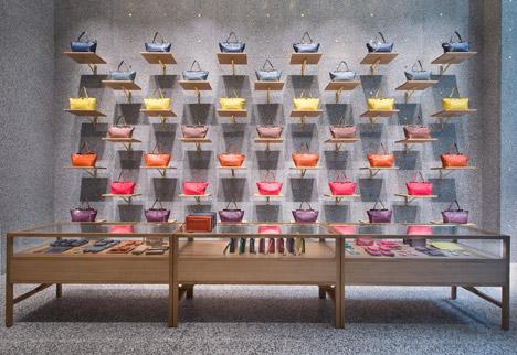Оформление выставочных полок в дизайне интерьера магазина одежды