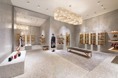 Отделка мрамором в дизайне интерьера магазина одежды