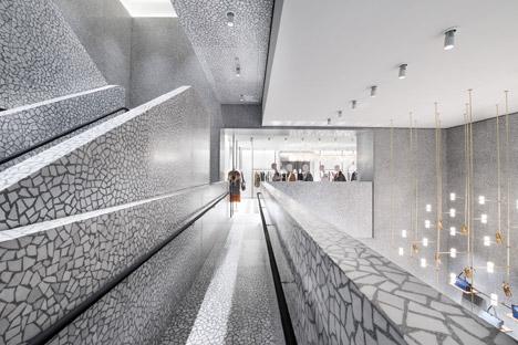 Дизайн лестницы в интерьере магазина одежды